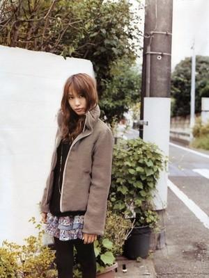 ベージュアウターの戸田恵梨香