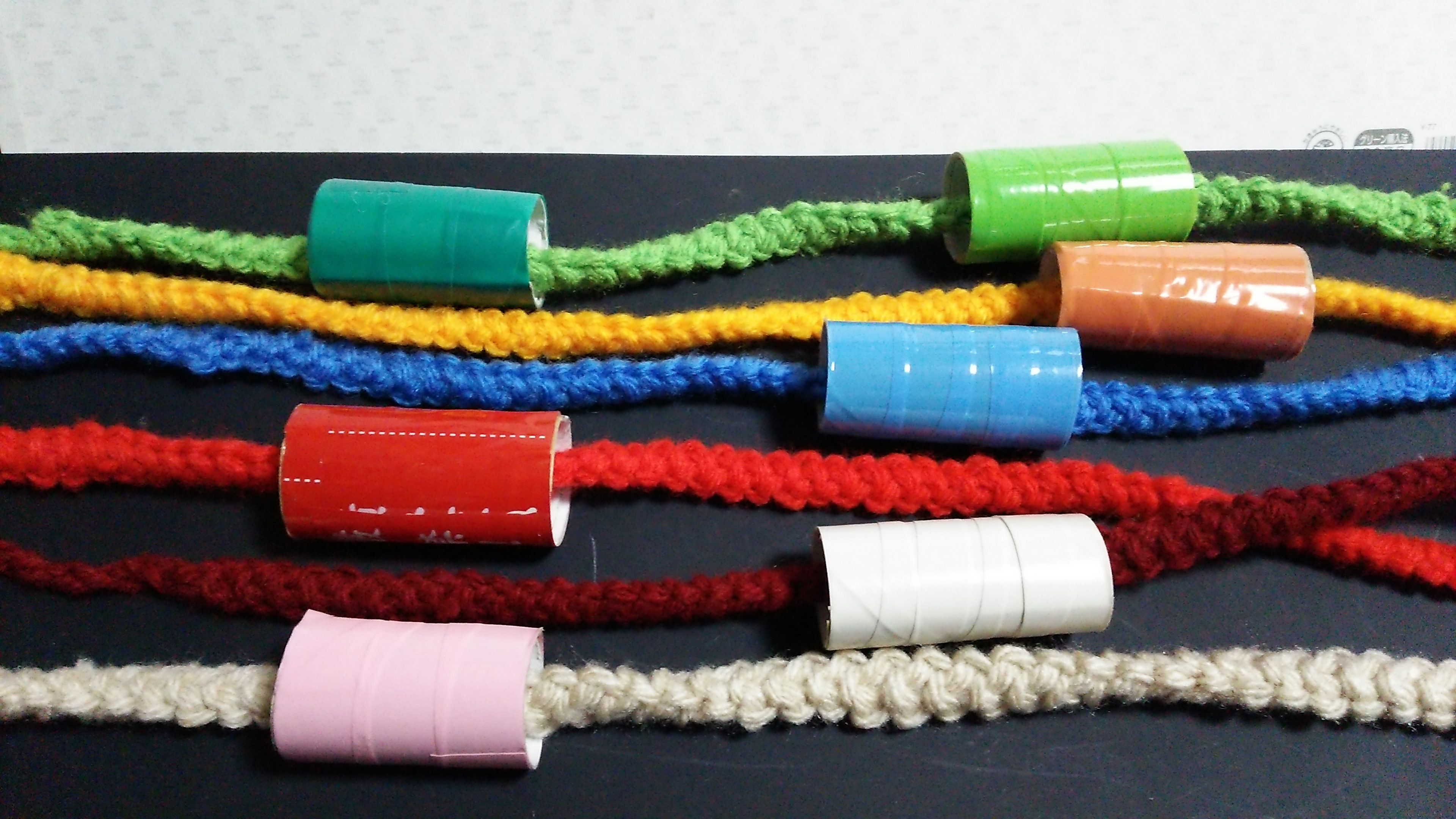 カラー紐(えび編み)と筒、紐通し状態