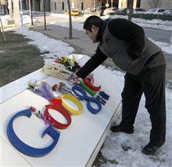 13日、北京のグーグル社前の看板に花束を置く中国人グーグルユーザー(AP)