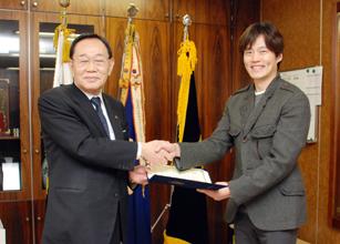 320 イ・ソジン(李瑞鎭)氏を民団広報大使に任命した。鄭進団長