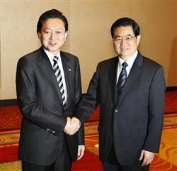 417 中国の胡錦濤国家主席(右)と握手する鳩山首相=12日午後、ワシントン(共同)
