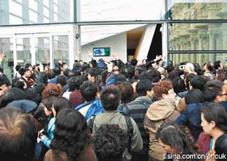 420 義大利館就因為遊客太多,大門玻璃竟然被擠破了。