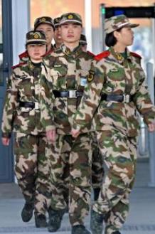 上海万博の会場で訓練中の警備員たち(PHILIPPE