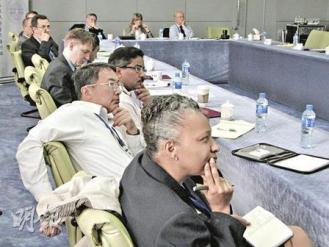 427 美國學員在北京清華大學聆聽學者講課(上圖);清華大學中美研究中心主任孫哲介紹中國體制(下圖)。(明報記者攝)