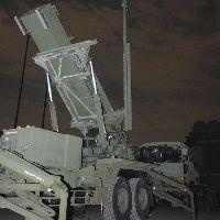 429PAC3の展開訓練で、空へ向けられる発射機(25日夜、新宿御苑で)=吉川綾美撮影