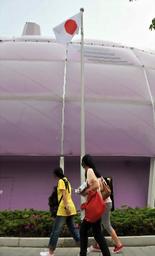 上海万博会場の日本館に掲げられた日の丸=19日、日吉健吾撮影