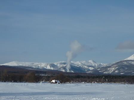 八幡平温泉郷方面に立ち上る煙(2011.1.26)