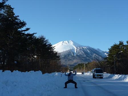 上坊牧野付近と誰かさん(2011.1.27)
