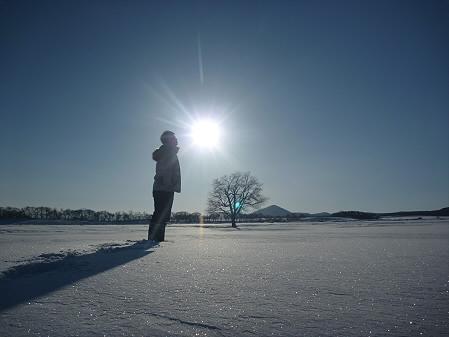 上坊牧野の一本桜と誰かさん03(2011.2.2)