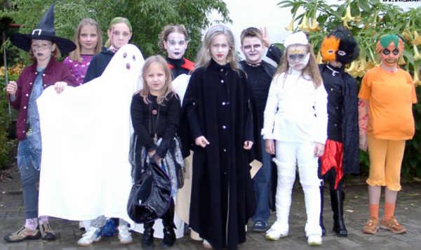 Kinder_feiern_Halloween_-_2004.jpg