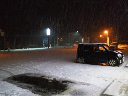 雪の積もる駐車場(26.1.18)