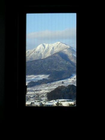 窓から高社山(26.1.23)