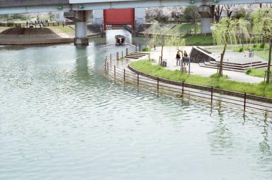 橋から水門を望む