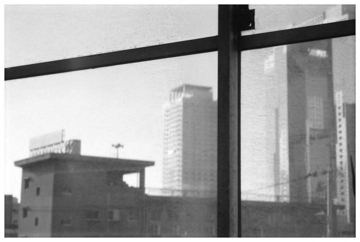 ガラス窓越しのスカイビル