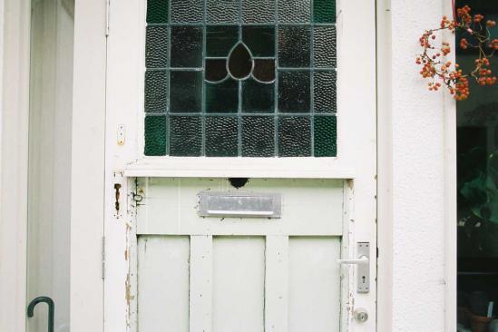緑の窓の扉