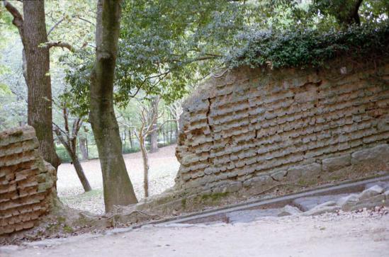崩れた石壁
