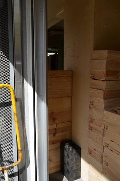 ショップ壁の隙間