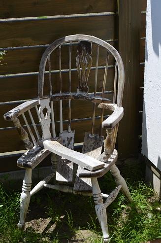 朽ちかけた椅子