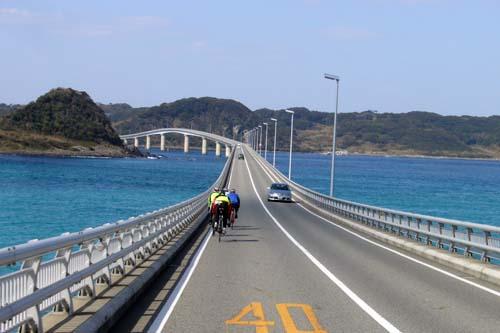 角島大橋を渡る