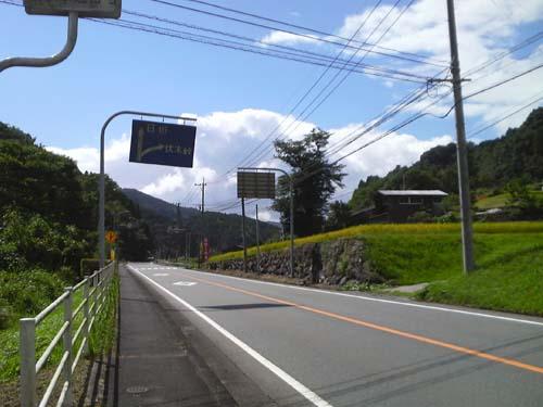 伏木峠への曲がり道