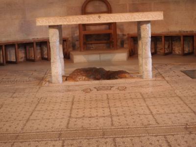 パンと魚の教会祭壇アップ