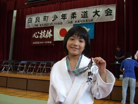 銀メダルをもらってニッコリ!!