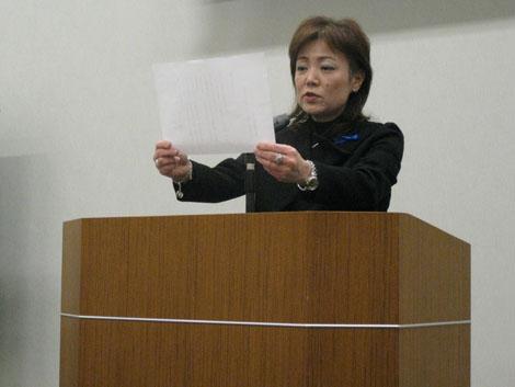 アピール文を朗読する小泉公子実行委員