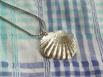 貝のペンダント