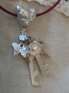 キー&蝶のネックレス