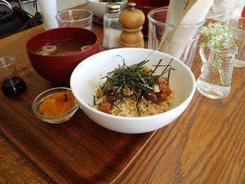 マグロとアボカドのオリーブ醤油丼