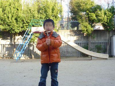 公園で竹トンボ