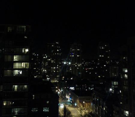 連續幾天對面的大廈上有強烈刺眼的燈光...看起來像一雙眼睛...