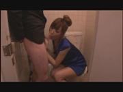 エロギャル姉さん、トイレに乗り込みフェラ抜き!