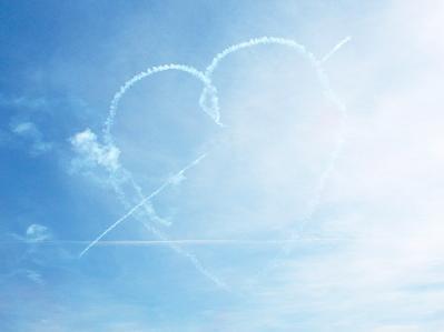 ハート 空 飛行機雲