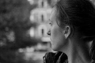 モノクロ ポートレート 女性 難聴 耳 視線