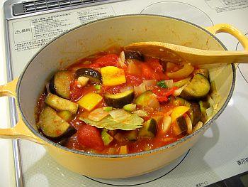 トマトを入れて煮込みます