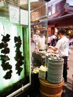 店頭で焼かれる牡蠣たち