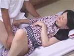 温泉旅館で奥さんを偽マッサージ師に襲わせて妻の変貌ぶりを堪能する夫!