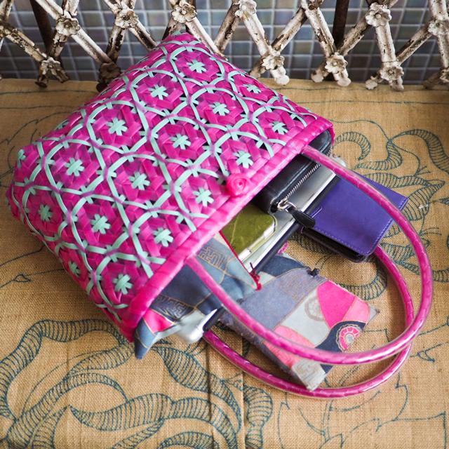 クリアピンクと青磁色。日本製のPPバンドで作った花まる編みのプラかご