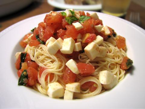 トマトとモッツァレラチーズの冷製カッペリーニ