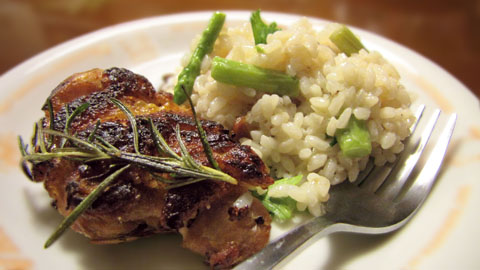 鶏もも肉のステーキとアスパラガスのリゾット