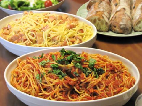 トマトソースのパスタとスパゲッティ・カルボナーラ