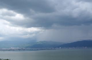 諏訪湖の向こうから雨雲が