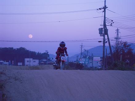 月とバイク