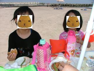 食事中のカピ姉妹