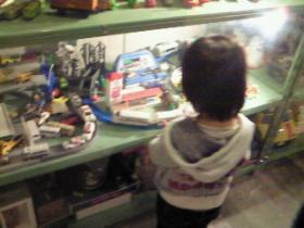 おもちゃを見入る子レガ