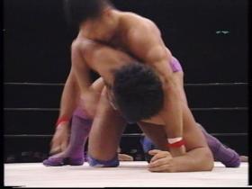 あくまでバックから攻める高田の顔面に佐野の肘、