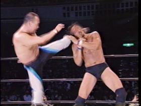 負けじと山崎も左右のハイキックで、