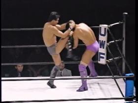 強烈な顔面への膝蹴り、
