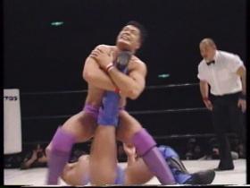 しかし先に立ち上がった高田が膝十字、